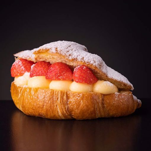 Afbeelding van Room Croissant met aardbeien en gele room